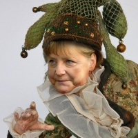 Merkel mit Narrenkappe